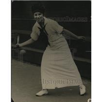 1922 Press Photo Marjorie Wale at a tennis match - net22586