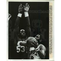 1984 Press Photo Lonnie Shelton of Cleveland vs Darryl Dawkins of NJ - net24106