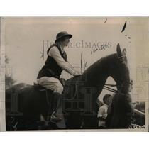 1922 Press Photo Diana Wertheim on horse at a show - net24432