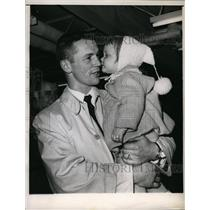 1961 Press Photo Ron Murphy of Black Hawks & daughter Kimberly - net25028