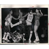 Press Photo Hawks basketball team in action vs opposing team - net25335