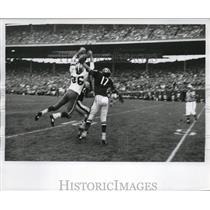 1963 Press Photo Quarterback John Roach threw long pass for Boyd Dowler (86).