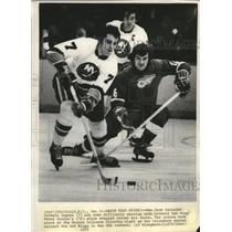 1972 Press Photo Islanders Germain Gagnon tied up with Red Wing Henry Boucha