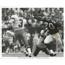 1989 Press Photo Giants Leonard Marshall chases down QB Steve Walsh of Cowboys