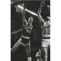 1980 Press Photo George Gervin San Antonio Spurs and unidentified Bucks player.