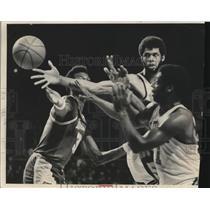 1974 Press Photo Kareem Abdul-Jabbar's long reach was the dominant factor.