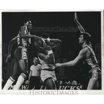 1975 Press Photo Coniel Norman of 76ers tries to grab ball from Clyde Mayes.