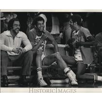 1974 Press Photo Bucks Dick Cunningham, Kareem Abdul-Jabbar and Bob Dandridge.