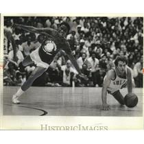 1981 Press Photo Isiah Thomas and Roger Buryman dive for the loose ball