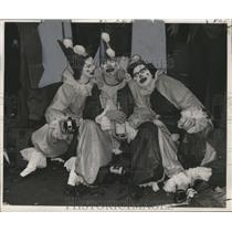 Press Photo Masking Clowns Take a Break at Mardi Gras, New Orleans - noca00113