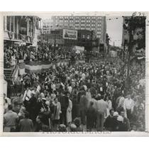1956 Press Photo Sea of Carnival Revelers Overflows St. Charles at Mardi Gras
