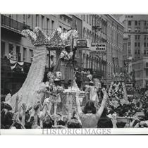 Press Photo Crowd Cheering for Float at Mardi Gras, New Orleans - noca00445