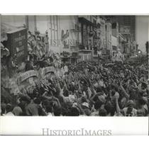 Press Photo Crowds Cheering for Parade at Mardi Gras, New Orleans - noca00453