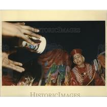 Press Photo parade-goer catches cup from float - noca00599