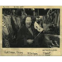 Press Photo tourist Ruth Seman from Chicago searching for masks - noca00602