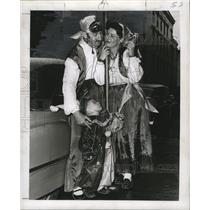 1955 Press Photo costume family standing around a street pole at Mardi Gras