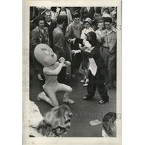 1954 Press Photo Tweety Bird and Sylvester entertain crowd during Mardi Gras