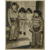 1945 Press Photo costumes of Bully Butler III and Wayne Pittman are admired