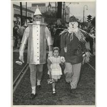 Press Photo Mardi Gras Wizard of Oz Tinman, Scarecrow, and Dorothy costumes