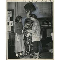 1949 Press Photo Miss Leah Murphy Shows student how to Adjust Costume