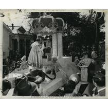 1950 Press Photo Carnival Float- King Alla toasts his Queen in Algiers parade.