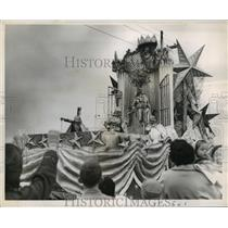 1959 Press Photo Carnival Parade- King Alla greets the West Bank public.