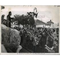 1955 Press Photo Carnival Parade-Outstretched hands seek trinkets from Alla