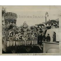 1956 Press Photo Carnival Parade- A toast for the Queen of Alla from the King.