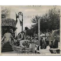 1955 Press Photo Carnival Float- Revelers receive gifts from King Alla float.