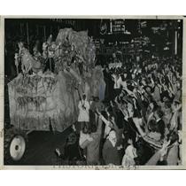1957 Press Photo Babylon Floats Passes Carnival Goers, Mardi Gras, New Orleans