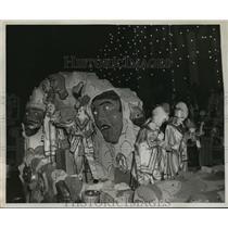 1955 Press Photo Mask themed float for Krewe of Babylon, Mardi Gras, New Orleans