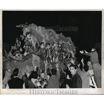 1959 Press Photo Crowd Waves to Krewe of Babylon Float, Mardi Gras, New Orleans