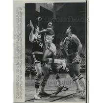 1968 Press Photo Fritz Williams (12) San Francisco Warrior forced to pass off.