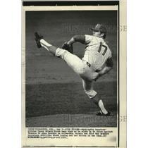 1971 Press Photo Washington Senators pitcher Denny Mc Lain kicks high.