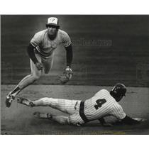 1982 Press Photo Tornto second baseman Damaso Garcia gets out of the way,