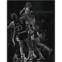 1967 Press Photo Larry Bird (33) battled Jack Sikema and Terry Cummings.