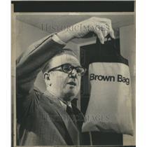 1975 Press Photo Dan Brock national airlines holds bag - RRR78535