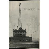 1928 Press Photo Men at the top of the signal tower on Davenpoty Hotel