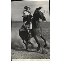 1940 Press Photo Audrey Gray display her skill in handling a horse - spx09640