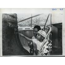 1977 Press Photo Visitors admire the Liberty Bell in Philadelphia - mja34701