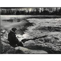 1976 Press Photo Mark Olson sitting by the dam and fishing in Kletzsch Park