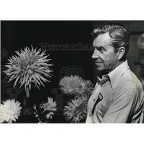1981 Press Photo Judge Erwin Makowski inspected a dahlia flower competition.