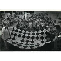1981 Press Photo Mae Semrad a judge at the State Fair examined a quilt.