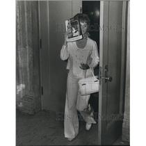 1973 Press Photo Sharol Kroll Attempting to Hide Her Face Leaving the Courtroom