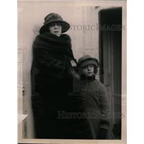 "1922 Press Photo Mrs. St M.G. Gardner, daughter Sybil arrive on the ""Berengaria"""