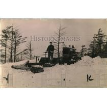 1921 Press Photo man operating a snow plow - net24597