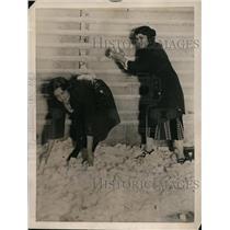 1922 Press Photo Lillian Kramer, Violette Lawson in cold storage snowball fight