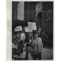 Press Photo Members of the Women's Liberation Movement picket by cathedral