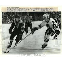 1944 Press Photo Canucks Patrik Sundstrom vs Black Hawks Behn Wilson - net26051