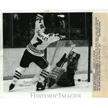 1982 Press Photo Black Hawks Glen Sharpley vs Canucks Richard Brodeur